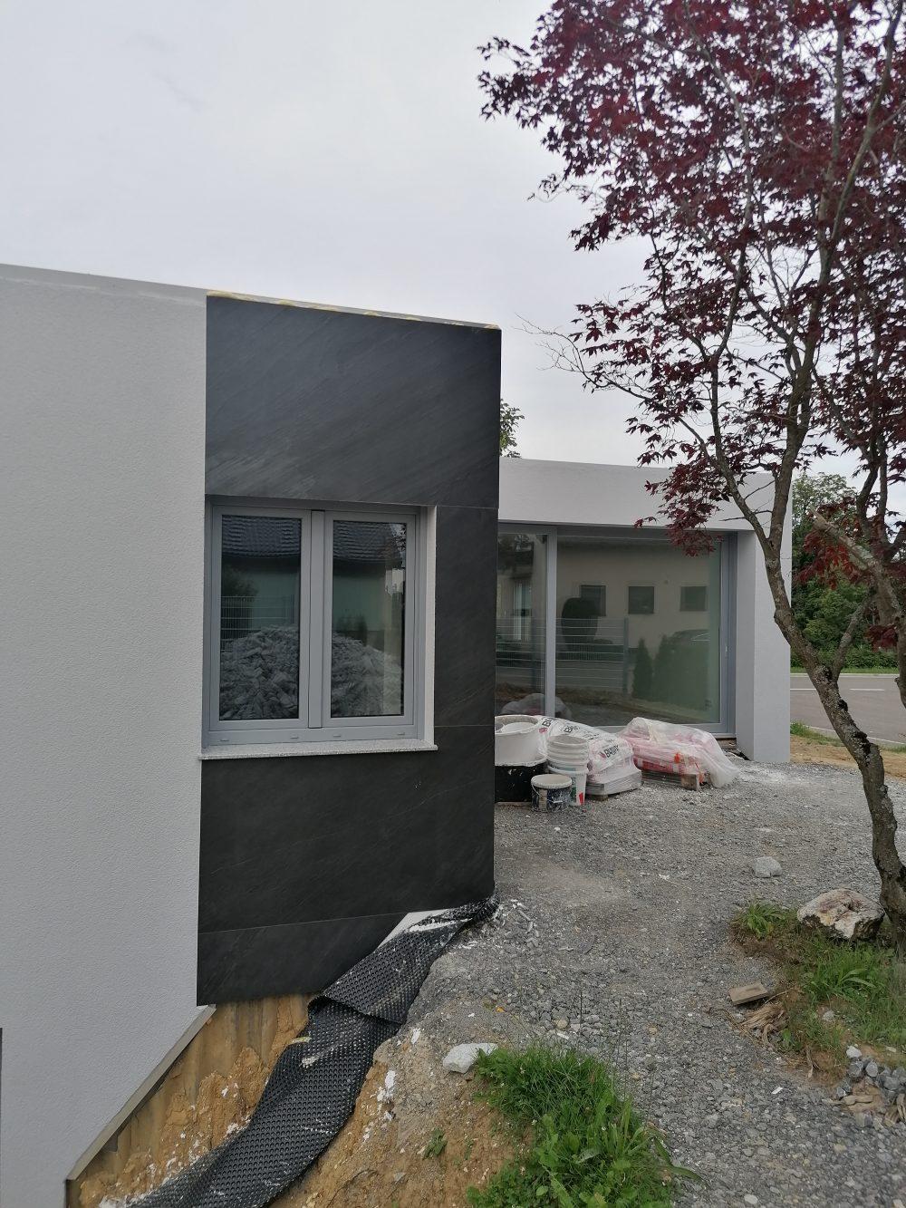 Schieferfurnier Wandverkleidung grau anthrazit Steinwand Wandgestaltung Steinfurnier Hausfassade Außenbereich